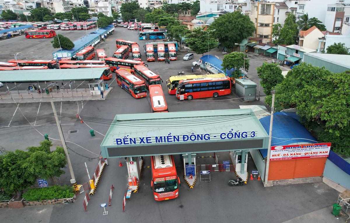 CSGT dẫn đoàn xe đặc biệt, đưa 600 người dân Phú Yên rời TP.HCM - 14