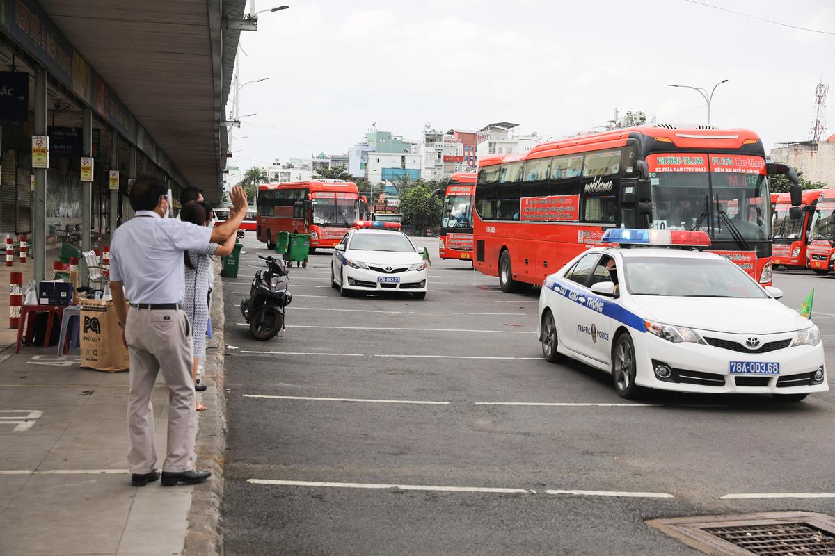 CSGT dẫn đoàn xe đặc biệt, đưa 600 người dân Phú Yên rời TP.HCM - 15