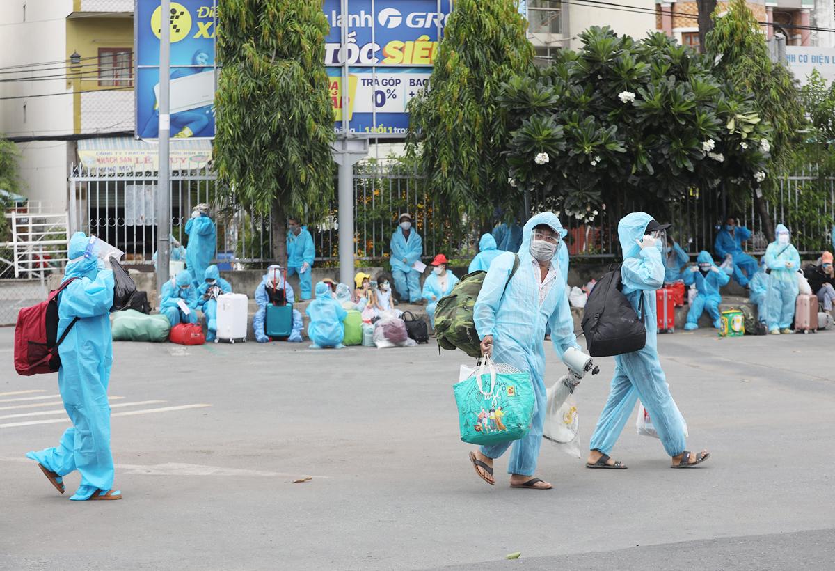 CSGT dẫn đoàn xe đặc biệt, đưa 600 người dân Phú Yên rời TP.HCM - 2