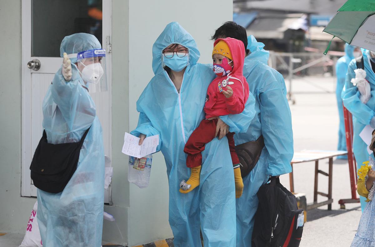 CSGT dẫn đoàn xe đặc biệt, đưa 600 người dân Phú Yên rời TP.HCM - 6