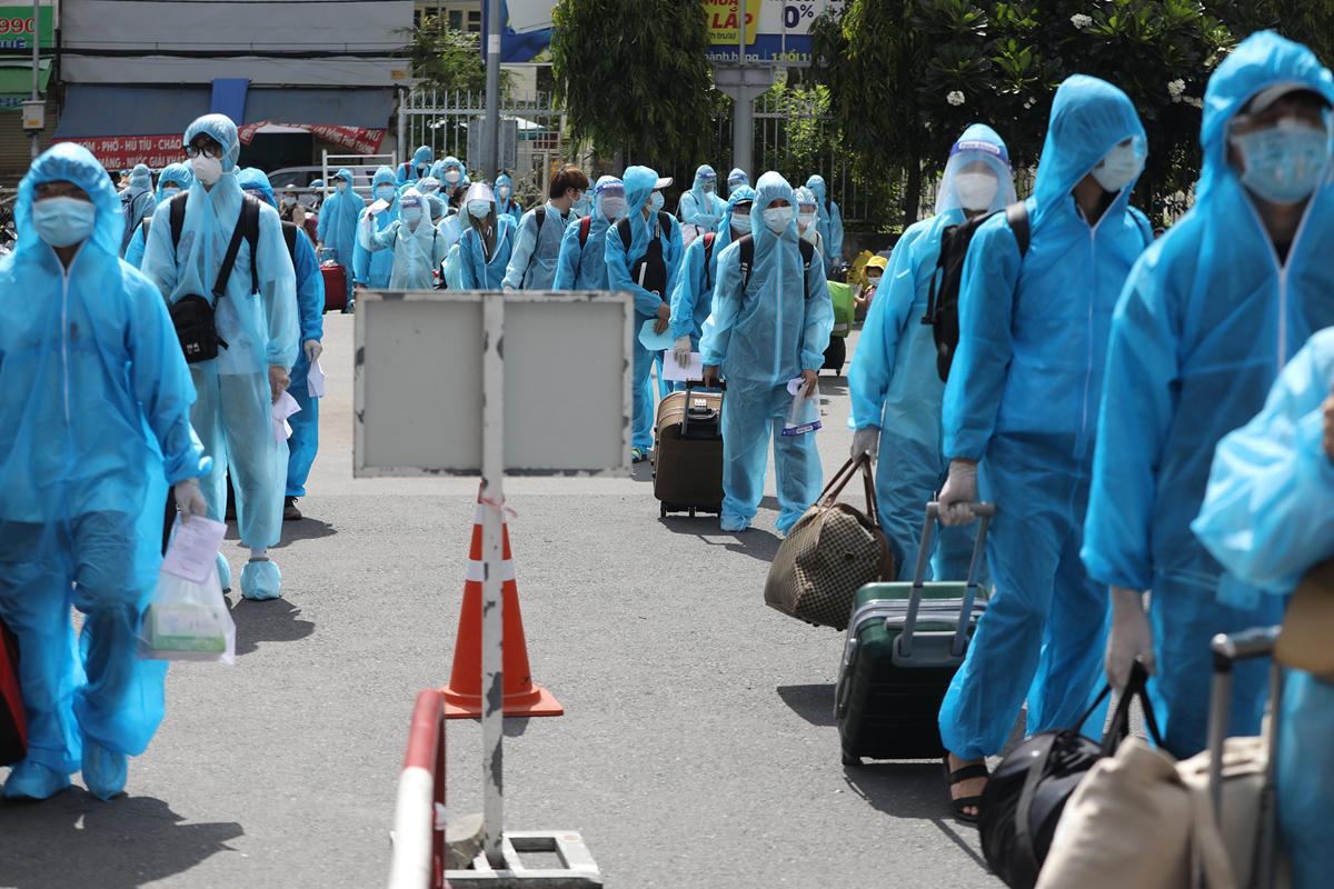 CSGT dẫn đoàn xe đặc biệt, đưa 600 người dân Phú Yên rời TP.HCM - 7