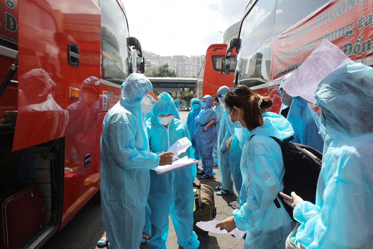 CSGT dẫn đoàn xe đặc biệt, đưa 600 người dân Phú Yên rời TP.HCM - 8
