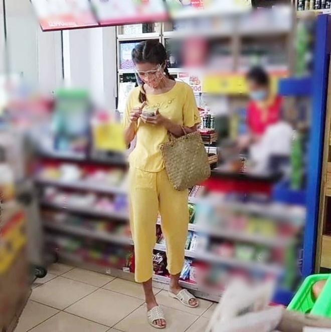 Hoa hậu Phan Thị Mơ diện đầm quây đi siêu thị, Minh Tú lại xuề xòa xỏ dép tổ ong - 1