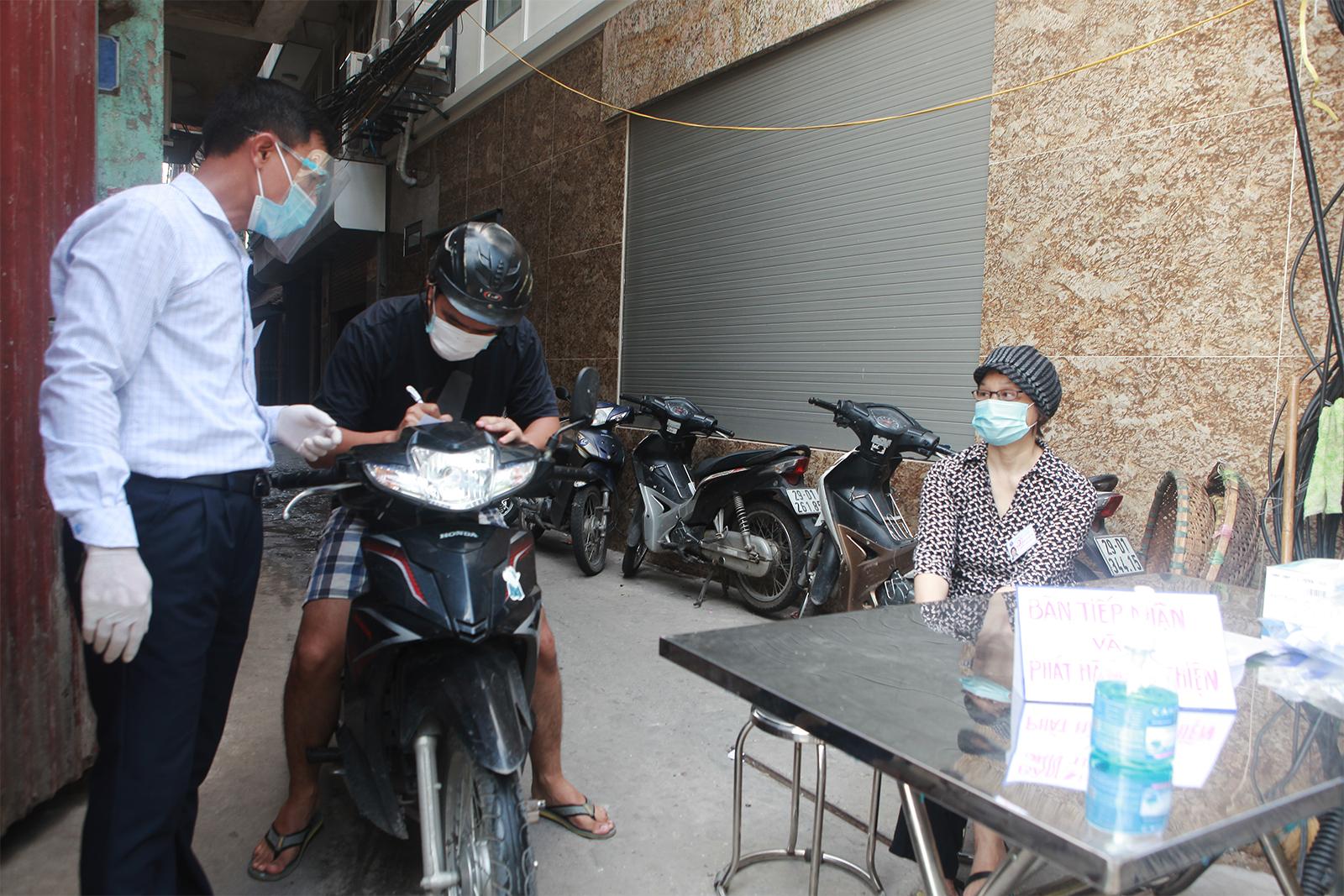"""Người dân ra vào """"vùng xanh không dịch"""" ở Hà Nội như thế nào? - 3"""