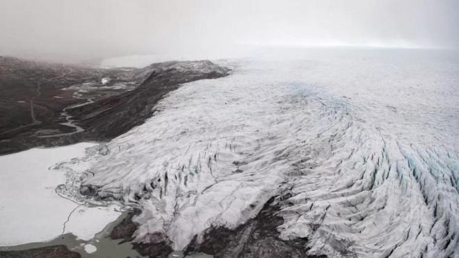 Băng ở Greenland tan chảy hàng loạt sau đợt nắng nóng kỷ lục - 1