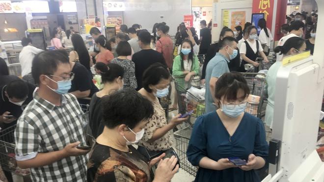 TQ: Phản ứng của người dân Vũ Hán sau khi biến thể Delta gây ổ dịch mới - 1