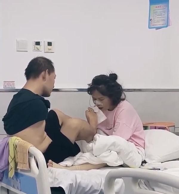 Clip: Chồng không tay chăm sóc vợ nằm viện gây xúc động - 1