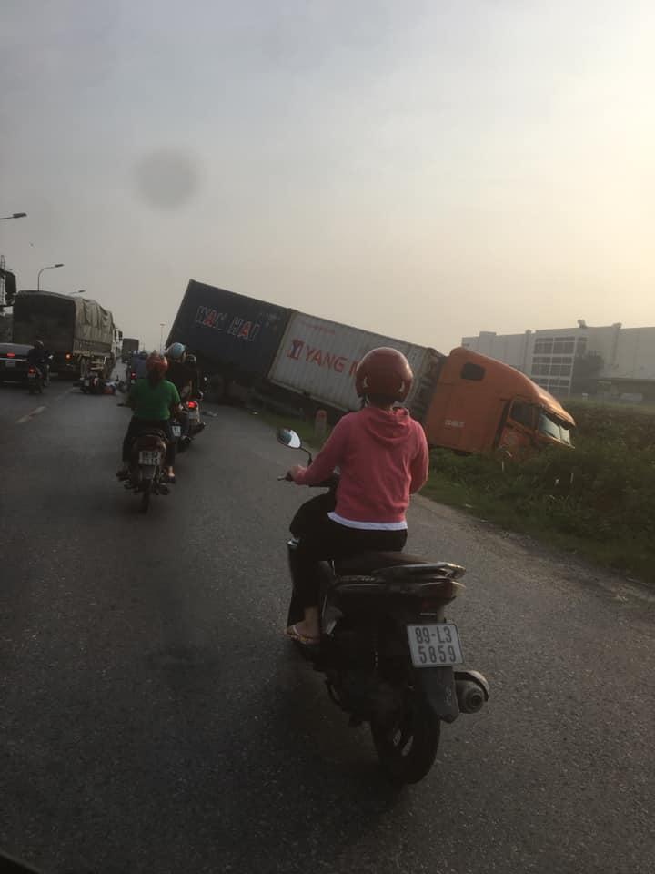 Clip: 2 cô gái đi xe SH bẻ lái lao ra đường như tự sát khiến xe container phi đầu xuống ao - 1