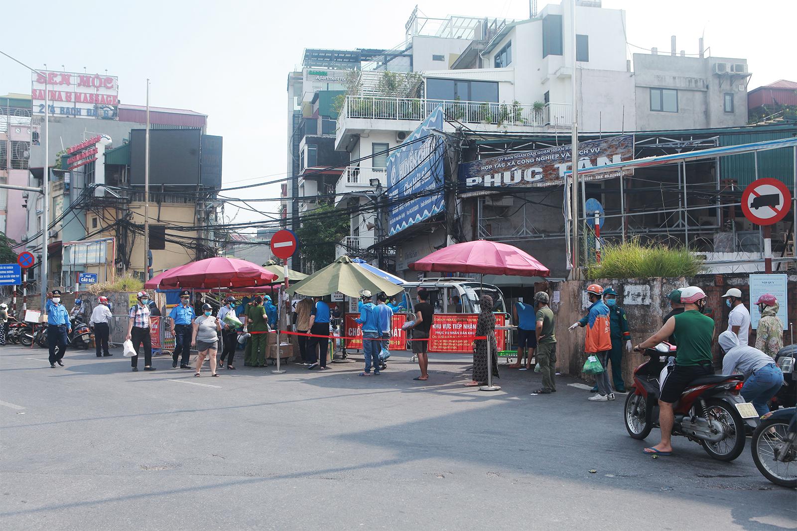 HN: Xếp hàng dài tiếp tế cho hơn 23.000 người trong khu phong tỏa - 1