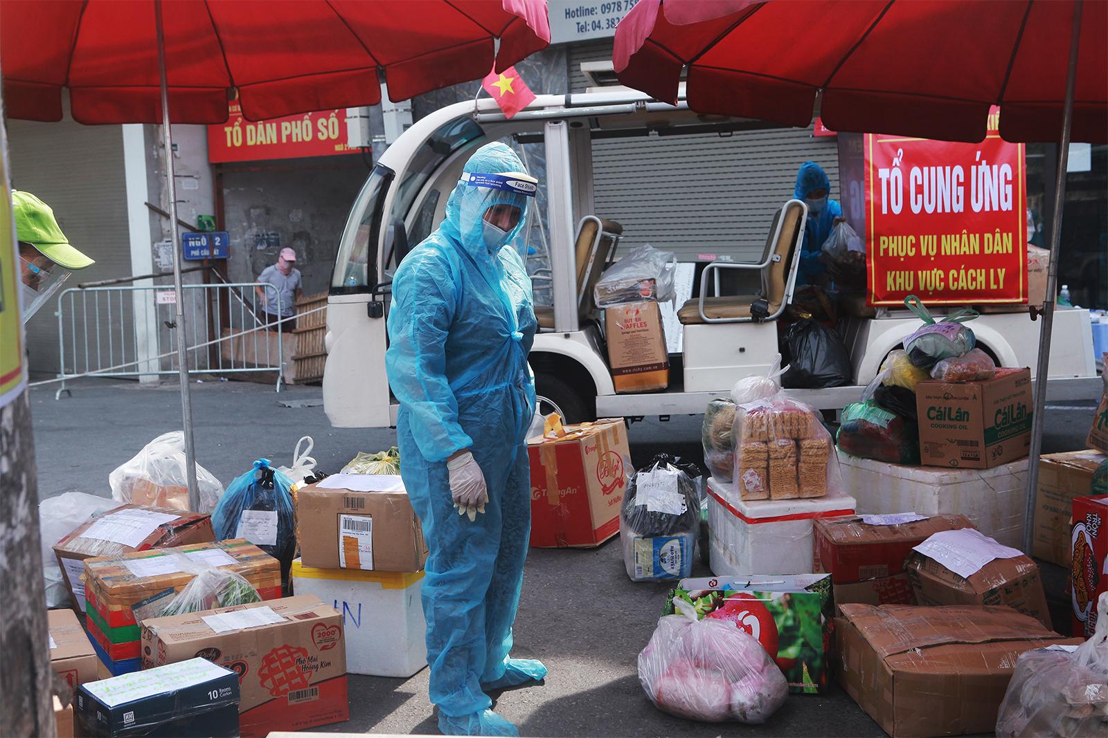 HN: Xếp hàng dài tiếp tế cho hơn 23.000 người trong khu phong tỏa - 12
