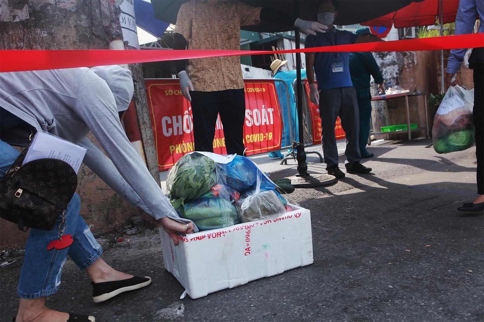 HN: Xếp hàng dài tiếp tế cho hơn 23.000 người trong khu phong tỏa - 15
