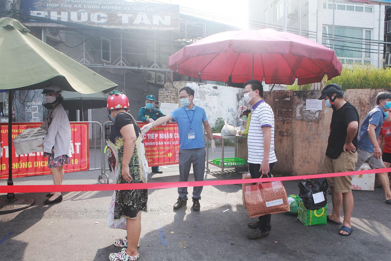 HN: Xếp hàng dài tiếp tế cho hơn 23.000 người trong khu phong tỏa - 5