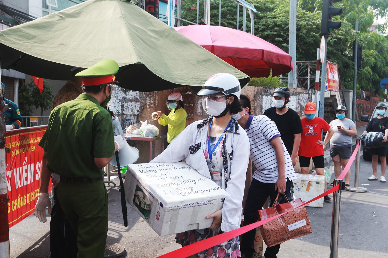 HN: Xếp hàng dài tiếp tế cho hơn 23.000 người trong khu phong tỏa - 6