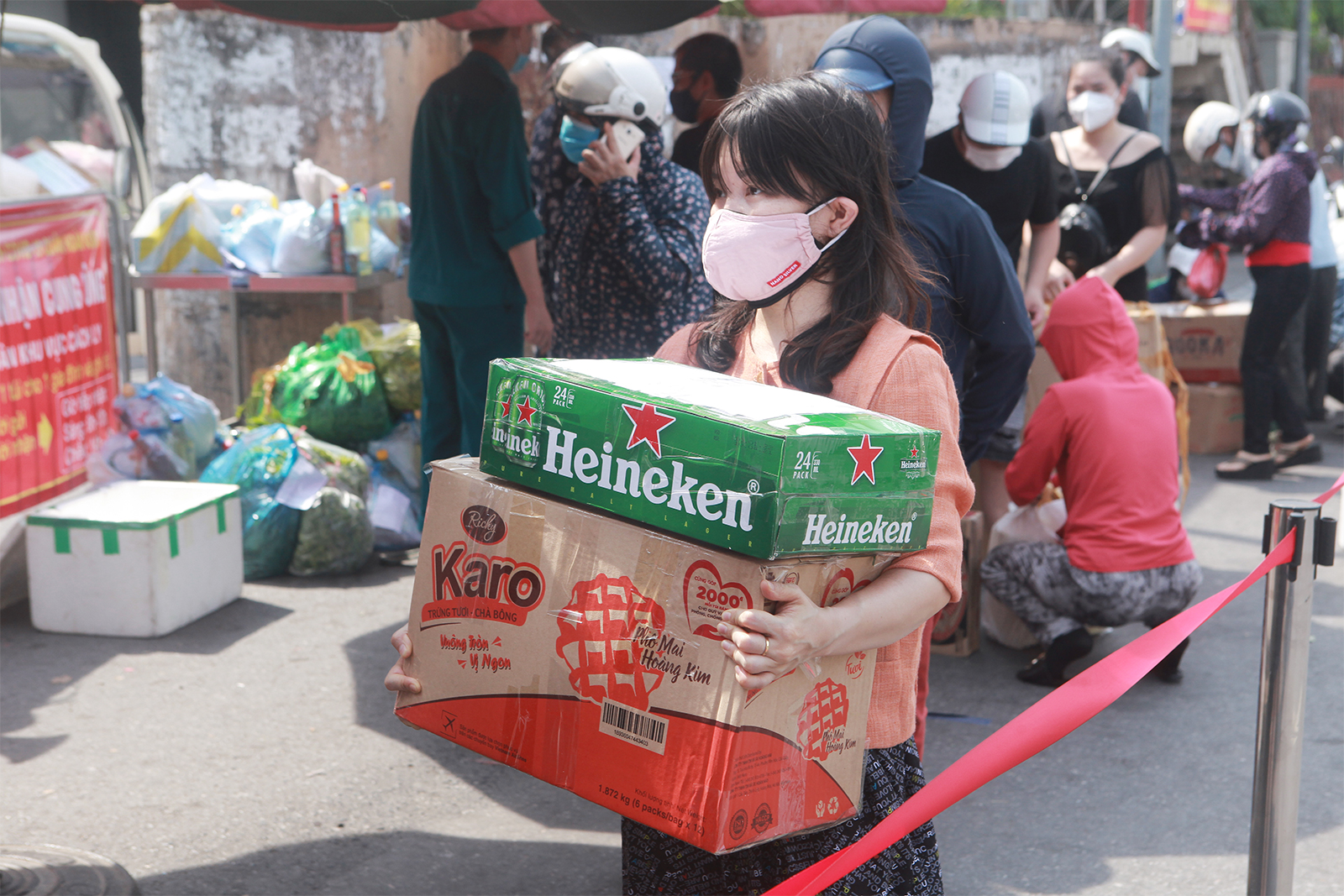 HN: Xếp hàng dài tiếp tế cho hơn 23.000 người trong khu phong tỏa - 7