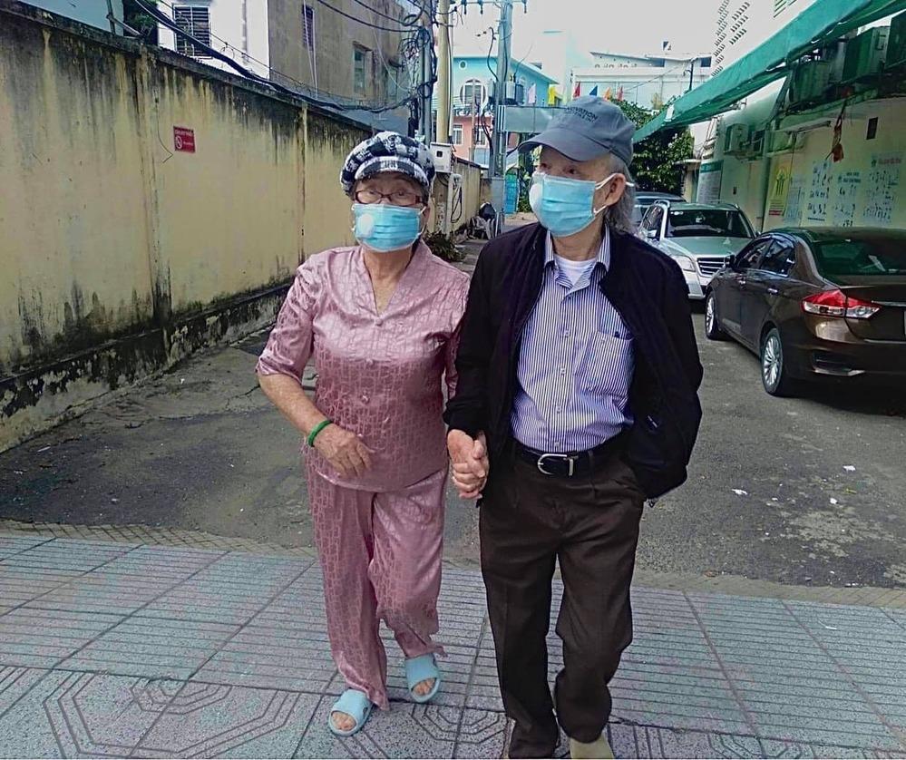 Bố mẹ danh hài Hoài Linh hiếm hoi lộ diện, hình ảnh khiến dân mạng xúc động - 1
