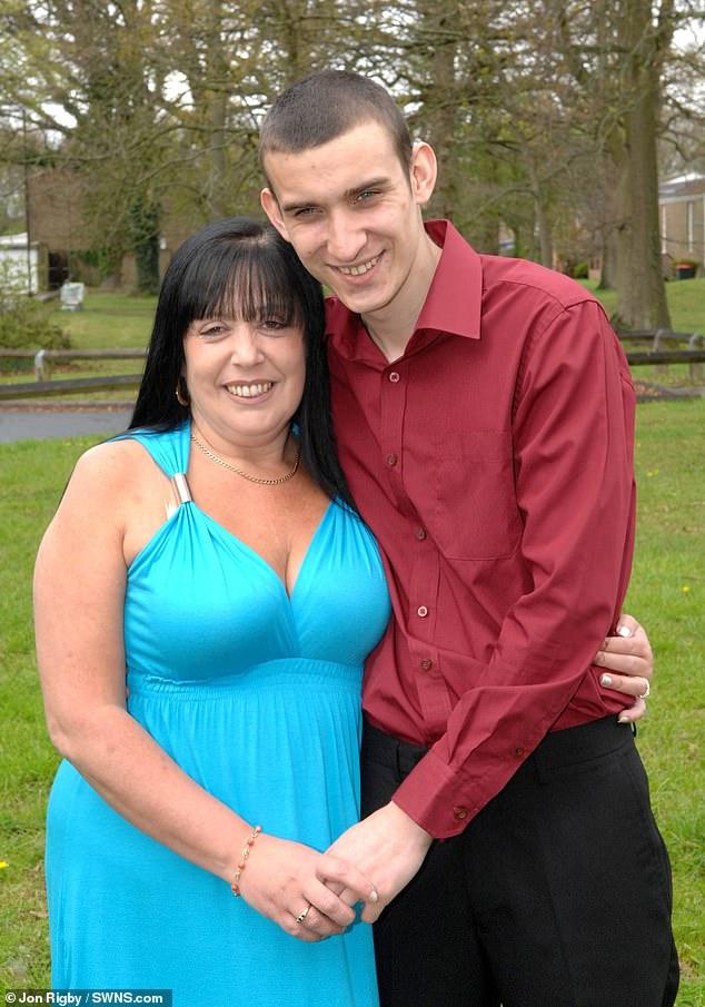 Nàng 60 tuổi và chàng 31 tuổi yêu nhau điên cuồng suốt 15 năm - 1