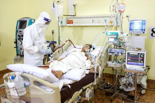 Vào điểm nóng trị COVID-19: Canh từng nhịp thở, tắm gội, an ủi bệnh nhân COVID-19 - 1