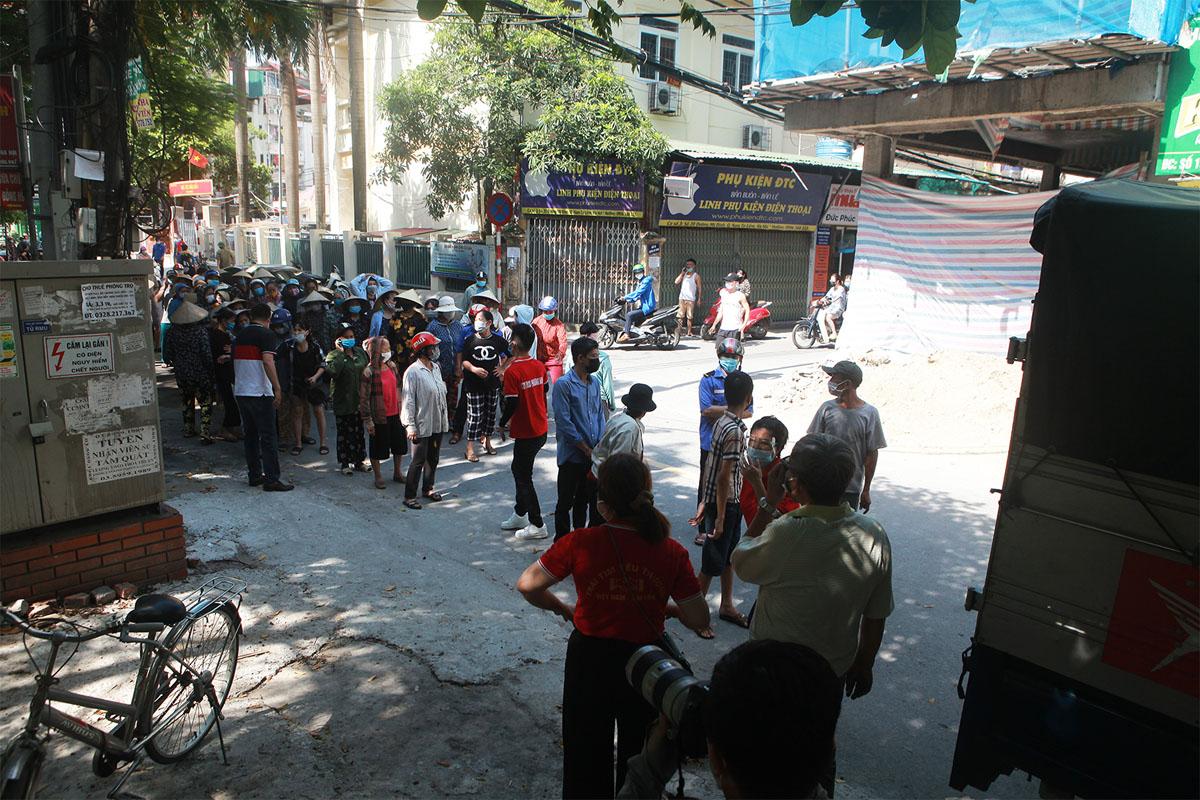 Gặp khó vì dịch COVID-19, người dân ở Hà Nội xếp hàng dài nhận quà - 1