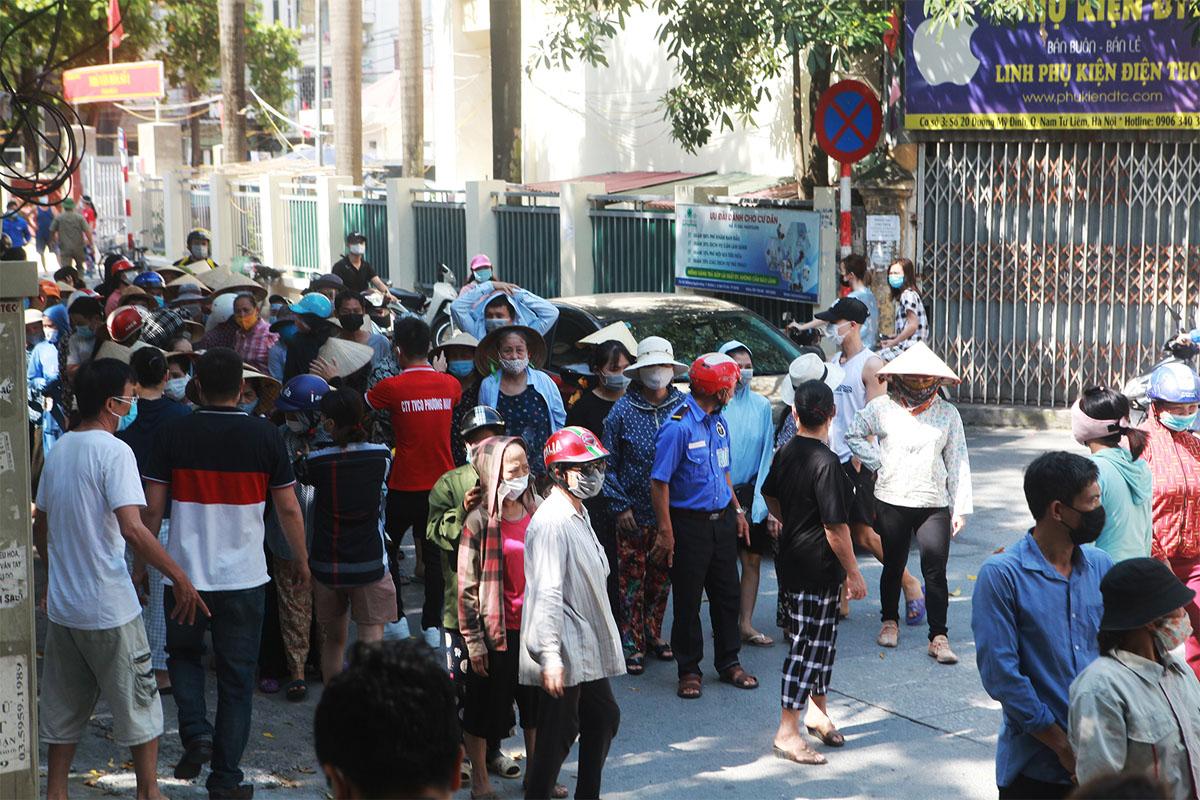 Gặp khó vì dịch COVID-19, người dân ở Hà Nội xếp hàng dài nhận quà - 2