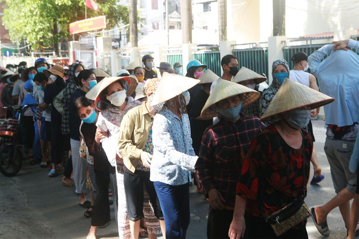 Gặp khó vì dịch COVID-19, người dân ở Hà Nội xếp hàng dài nhận quà - 10