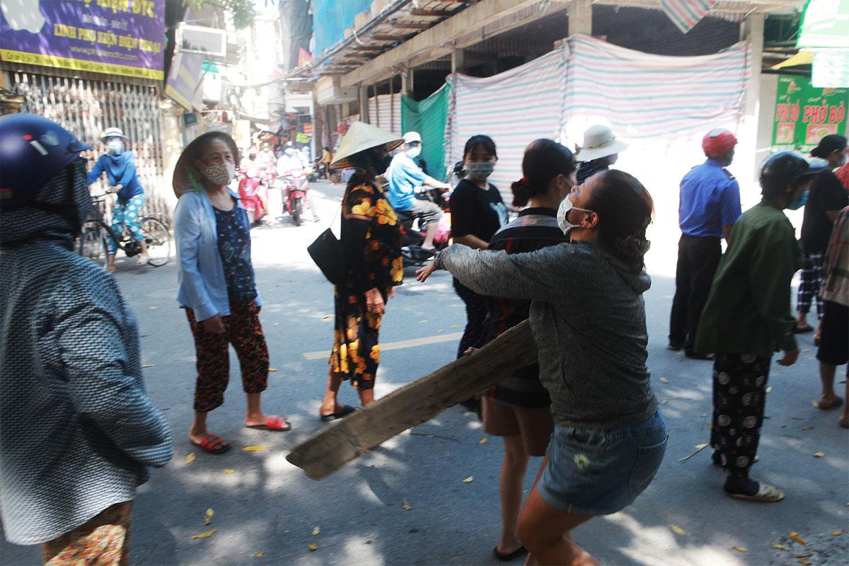 Gặp khó vì dịch COVID-19, người dân ở Hà Nội xếp hàng dài nhận quà - 4