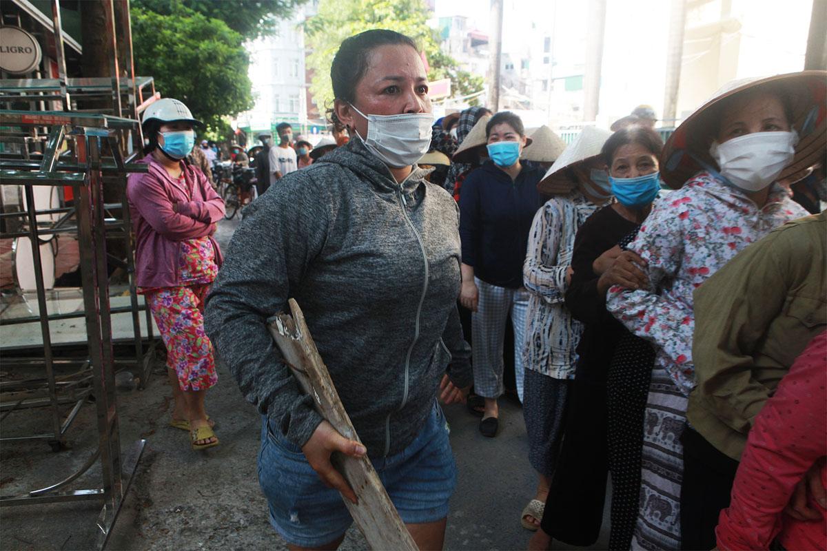 Gặp khó vì dịch COVID-19, người dân ở Hà Nội xếp hàng dài nhận quà - 5