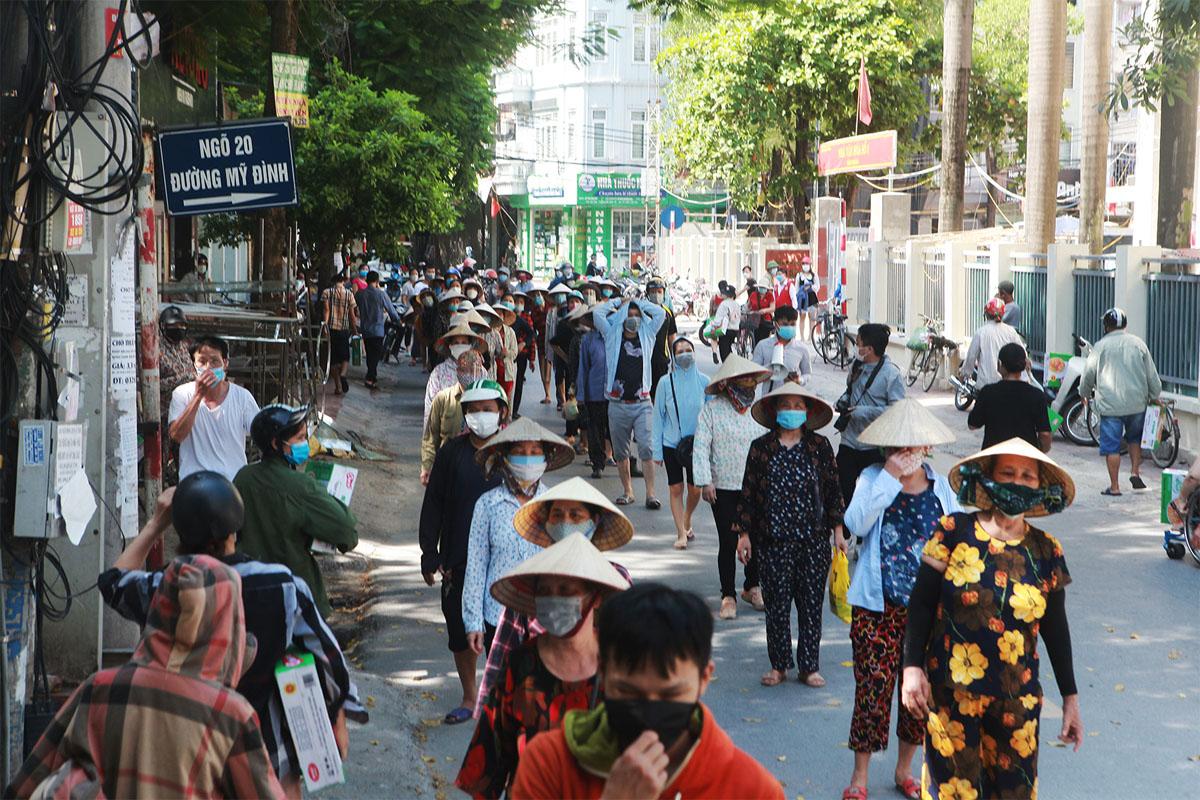 Gặp khó vì dịch COVID-19, người dân ở Hà Nội xếp hàng dài nhận quà - 6
