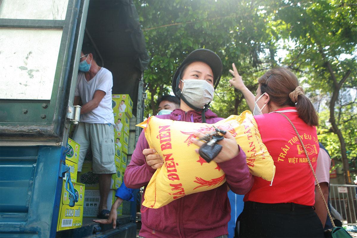 Gặp khó vì dịch COVID-19, người dân ở Hà Nội xếp hàng dài nhận quà - 8