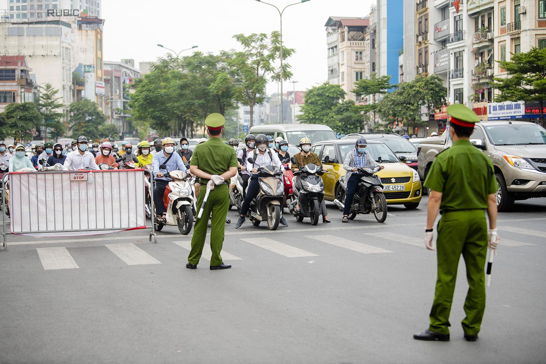 Hà Nội: Lực lượng chức năng nhắc nhở người đi đường xuất trình thêm lịch trực, lịch làm việc - 1