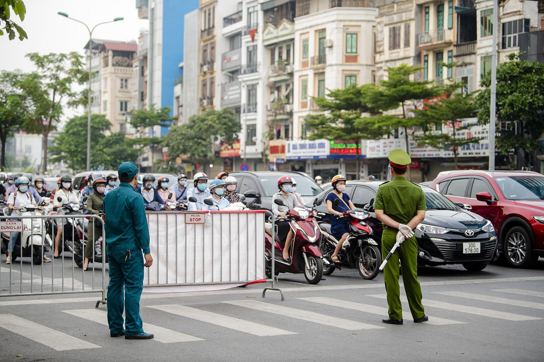 Hà Nội: Lực lượng chức năng nhắc nhở người đi đường xuất trình thêm lịch trực, lịch làm việc - 8
