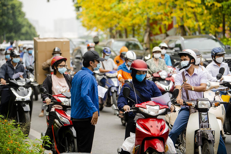 Hà Nội: Lực lượng chức năng nhắc nhở người đi đường xuất trình thêm lịch trực, lịch làm việc - 9