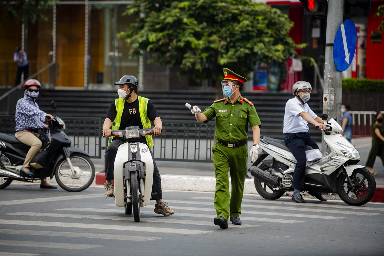 Hà Nội: Lực lượng chức năng nhắc nhở người đi đường xuất trình thêm lịch trực, lịch làm việc - 24