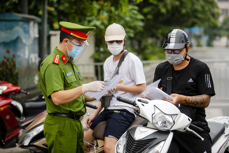 Hà Nội: Lực lượng chức năng nhắc nhở người đi đường xuất trình thêm lịch trực, lịch làm việc - 2