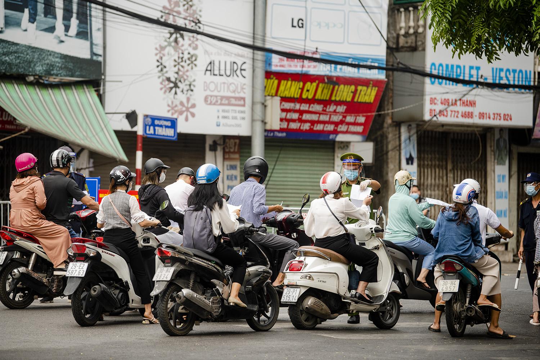 Hà Nội: Lực lượng chức năng nhắc nhở người đi đường xuất trình thêm lịch trực, lịch làm việc - 5