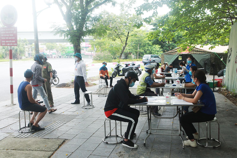 Hà Nội: Lực lượng chức năng nhắc nhở người đi đường xuất trình thêm lịch trực, lịch làm việc - 19