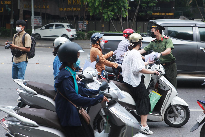 Hà Nội: Lực lượng chức năng nhắc nhở người đi đường xuất trình thêm lịch trực, lịch làm việc - 13