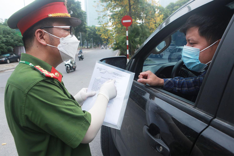 Hà Nội: Lực lượng chức năng nhắc nhở người đi đường xuất trình thêm lịch trực, lịch làm việc - 16