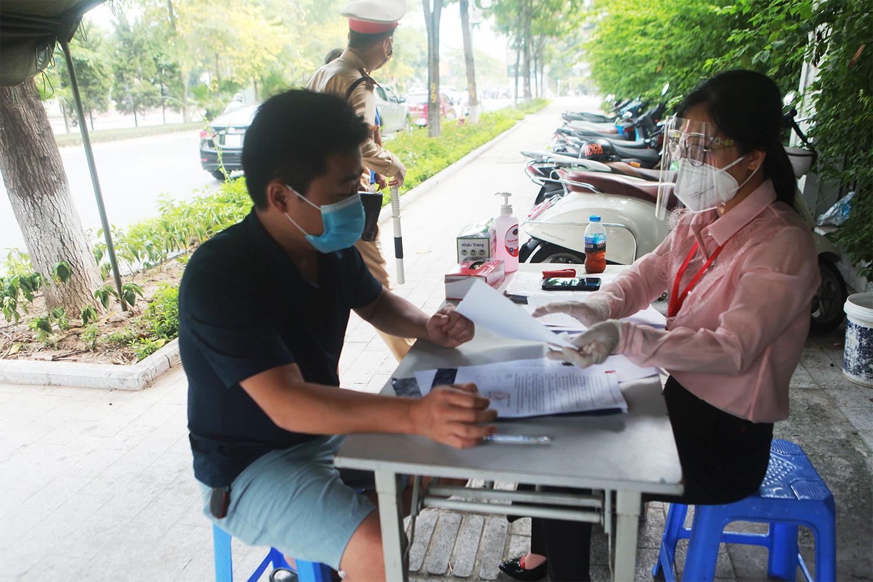Hà Nội: Lực lượng chức năng nhắc nhở người đi đường xuất trình thêm lịch trực, lịch làm việc - 17