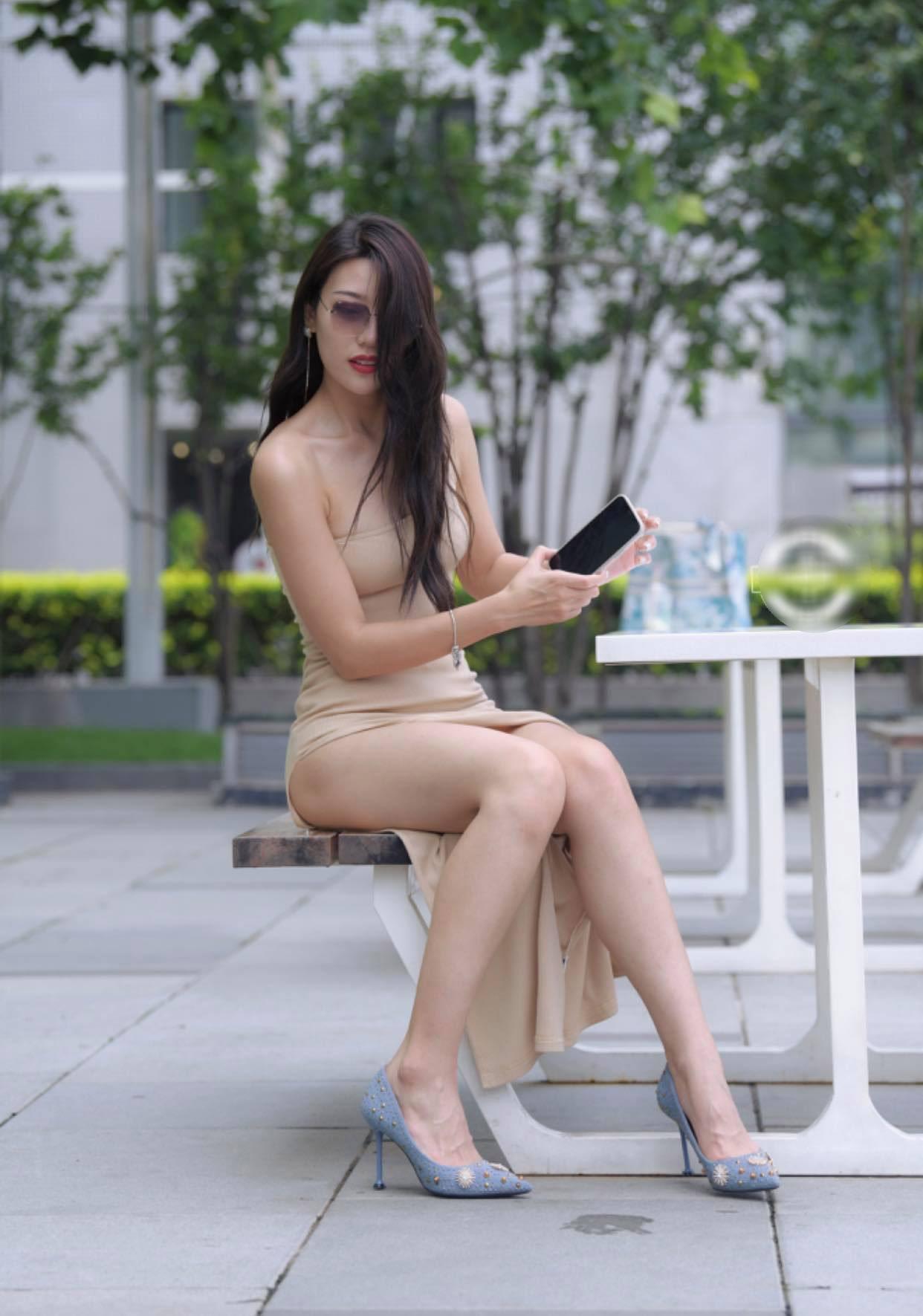 Lieu linh mac vay xe den hong untitled 7 1628494963 163 width1242height1771 Liều lĩnh mặc váy xẻ cao đến hông, người đẹp suýt gặp sự cố giữa phố