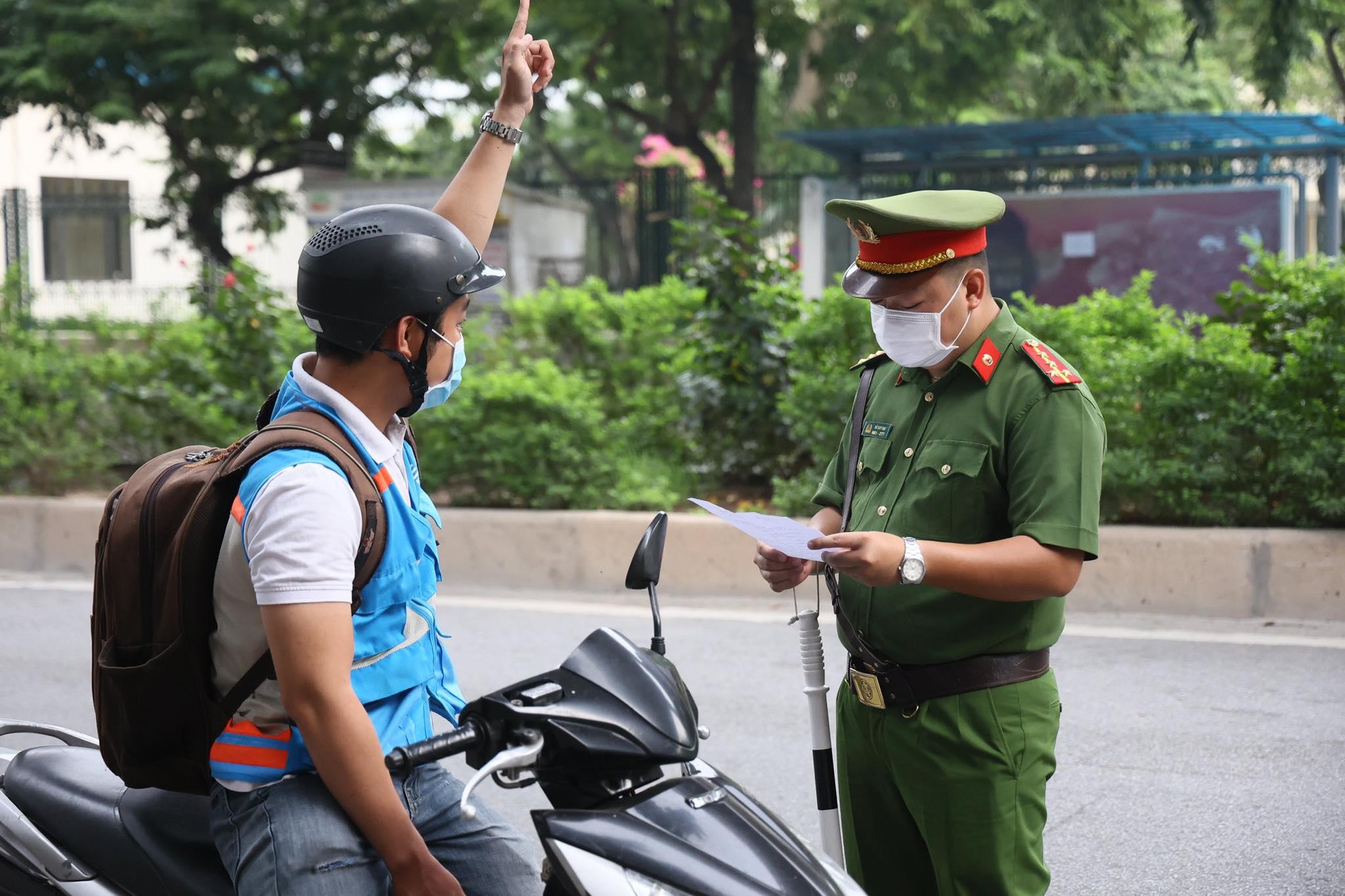 Phó Chủ tịch TP.Hà Nội lý giải việc thành phố siết chặt kiểm soát giấy đi đường - 1