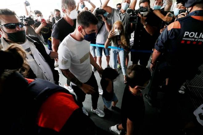 Cực nóng Messi CHÍNH THỨC đạt thỏa thuận gia nhập PSG, đã lên máy bay tới Paris - 6