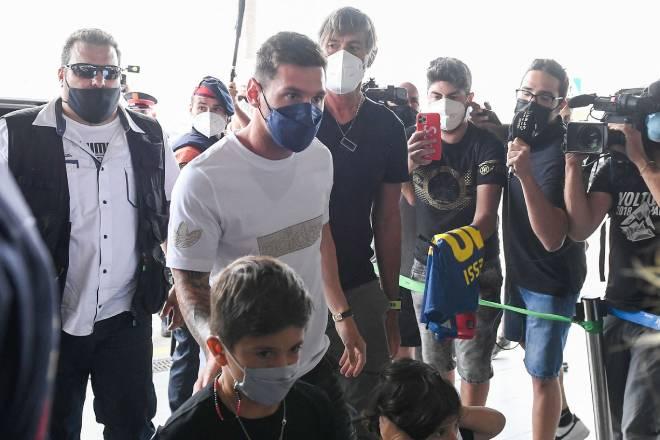 Cực nóng Messi CHÍNH THỨC đạt thỏa thuận gia nhập PSG, đã lên máy bay tới Paris - 4