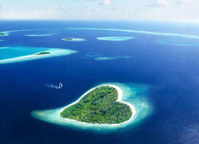 Maldives: Hòn đảo hình trái tim này nằmở Cộng hòa Maldives. Quốc gia này bao gồm 1.190 đảo nhỏđược hình thành xung quanh 26 đảo san hô tự nhiên. Mặc dù là quốc gia châu Á nhỏ nhất cả về diện tích đất và dân số nhưng Maldives rất nổi tiếng về du lịch.