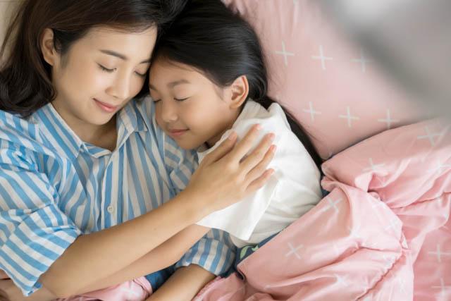 """Nửa đêm trẻ thấy bố mẹ làm chuyện tế nhị liền hỏi: """"Sao bố đánh mẹ vậy"""", trả lời sao cho hợp lý - 1"""