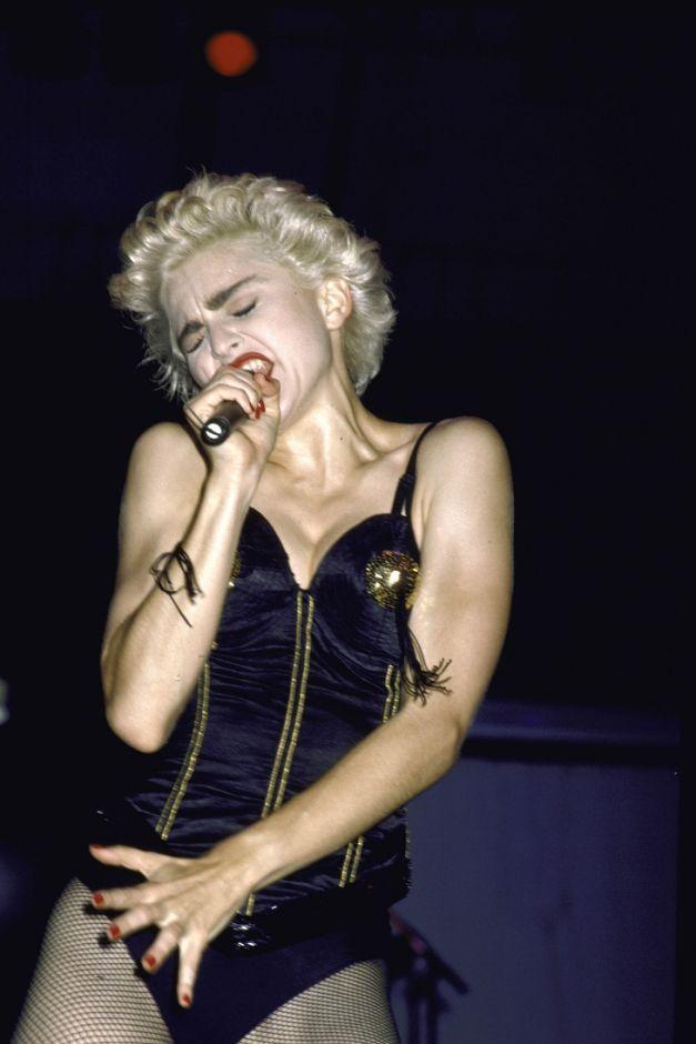 """Nhung trang phuc kho quen cua nua hoang nhac pop 6 1629262843 749 width627height940 Những trang phục mang tính biểu tượng của """"nữ hoàng nhạc pop"""" Madonna"""