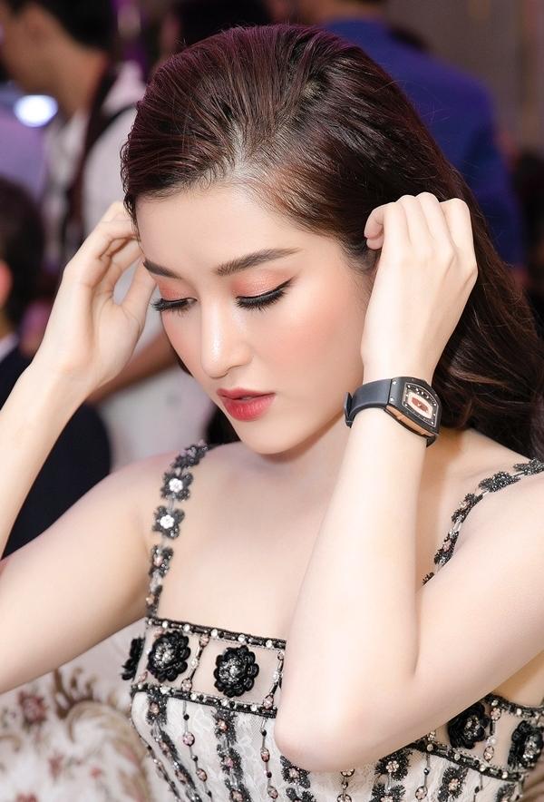 """huyen my dong ho 1629345191 60 width600height884 Cô gái được mệnh danh """"quốc bảo nhan sắc Việt"""", đeo đồng hồ 3 tỷ dẫn truyền hình là ai?"""