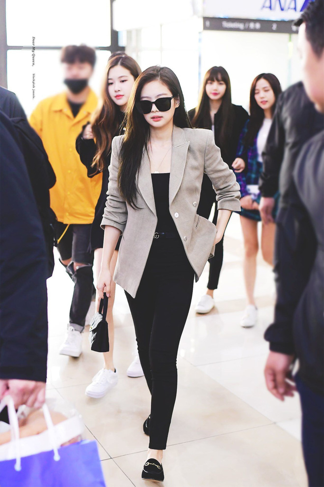 """""""Vợ bầu trăm tỷ của Trấn Thành"""" gây tranh cãi vì mặc đồ ngủ ra sân bay"""