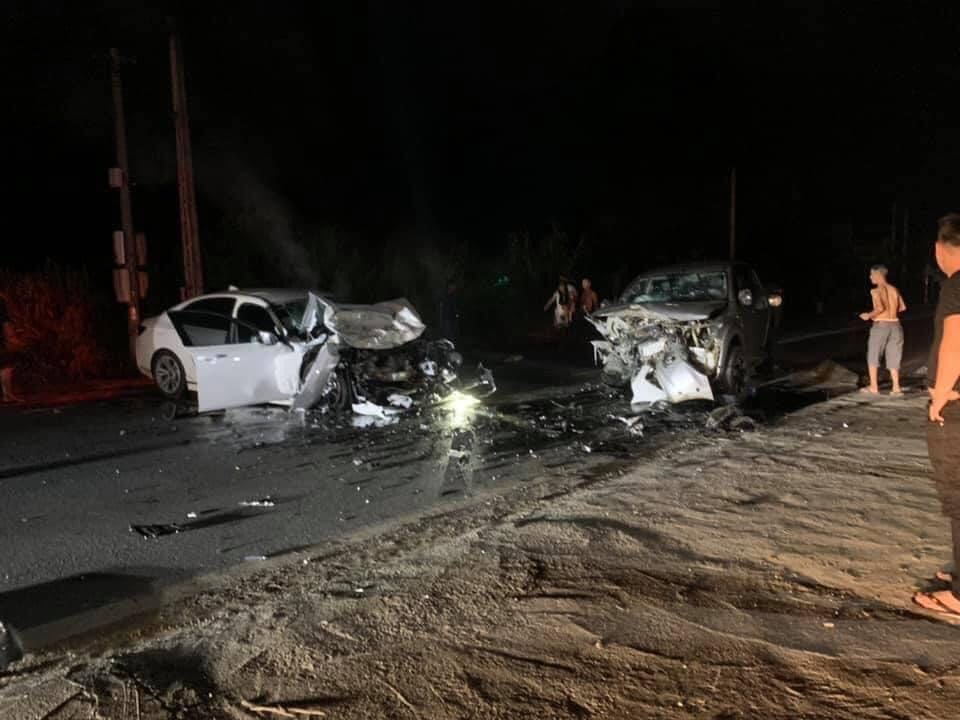 2 ô tô biến dạng sau va chạm khủng khiếp, 2 người tử vong - 1