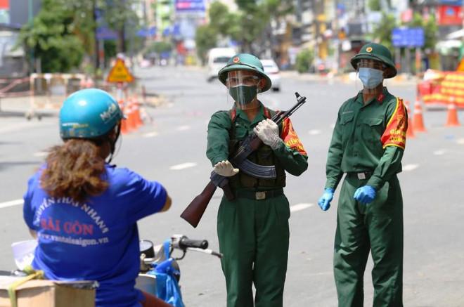 Chùm ảnh: Bộ đội tham gia kiểm soát tại các chốt ngày đầu siết chặt giãn cách - 1