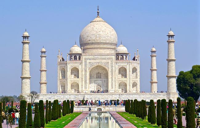 Ấn Độ là một trong những quốc gia rẻ nhất ở châu Á nhưng lại không thiếu cảnh đẹp cho du khách thưởng ngoạn, từ những bãi biển tuyệt vời ở phía nam đến dãy Himalaya ở phía bắc và các di tích lịch sử ở trung tâm.